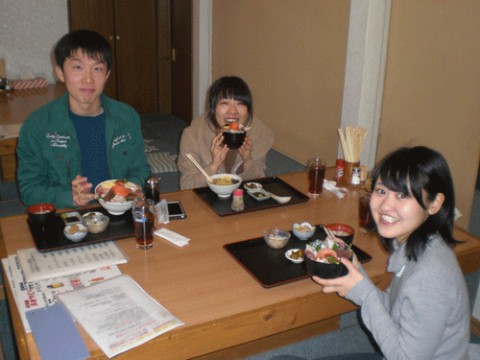 ランチのお客さま!塩ラーメン海鮮丼セット食べに来たよ♪
