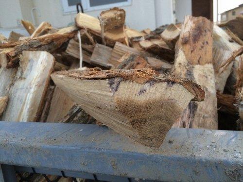 ピザ用の薪を割り始めました