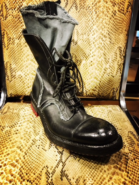 BOOTS。