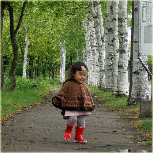 白樺並木で出合った可愛い女の子
