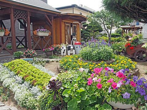 可愛い水車が涼しげなお庭