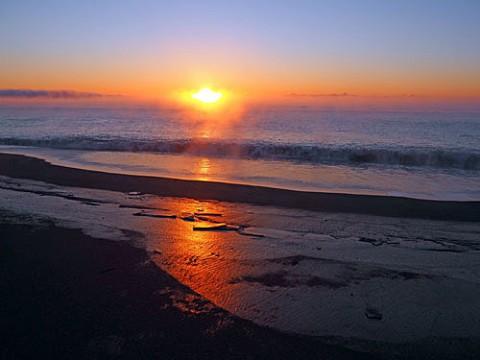毛嵐の海の日の出と霧氷