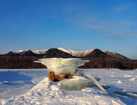 冬の糠平湖名物キノコ氷