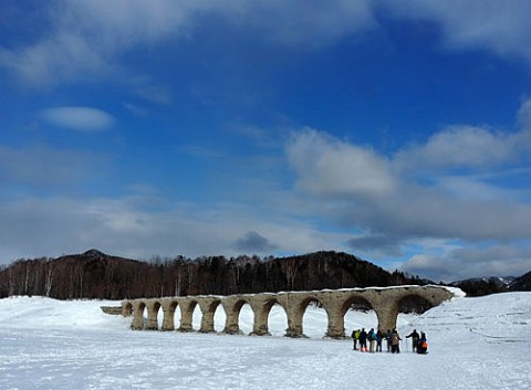 多くの人が訪れるタウシュベツ橋梁