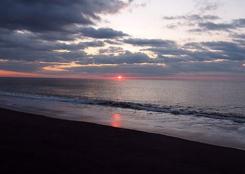 日の出は海で、川はわずかに霧氷