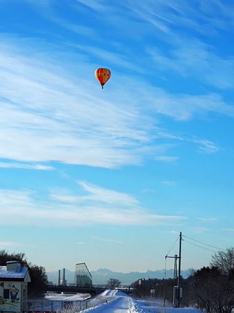 昨日の熱気球、今朝の気になる足跡