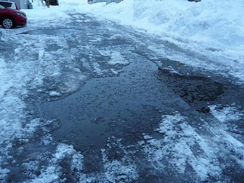 ツルツルガタガタ路面に雪捨て場