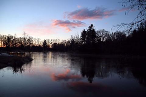 凍る池は緑ヶ丘で撮影