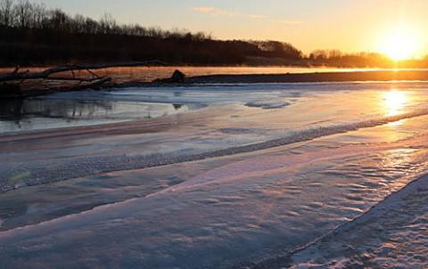 朝陽に染まる十勝川の光景