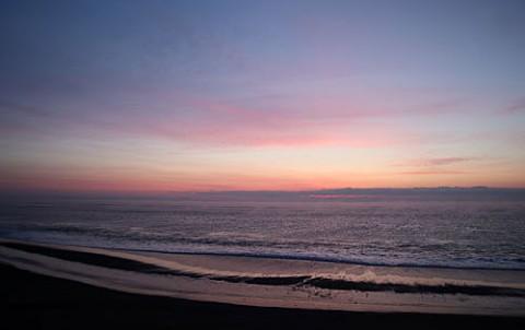 湧洞の海で日の出