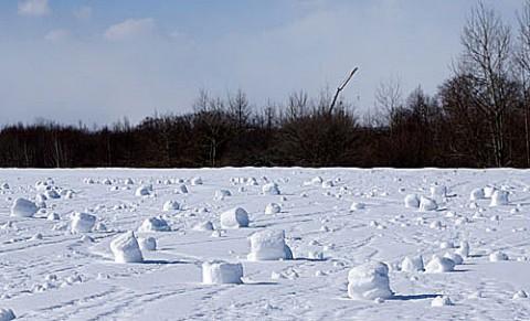 強風で出来る『雪まくり』