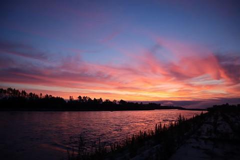 十勝川を染めるピンクの朝焼け