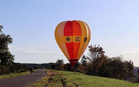 間近に降りた熱気球