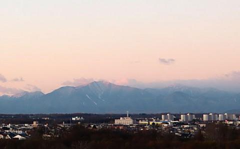 山は白く水溜まりが凍った朝