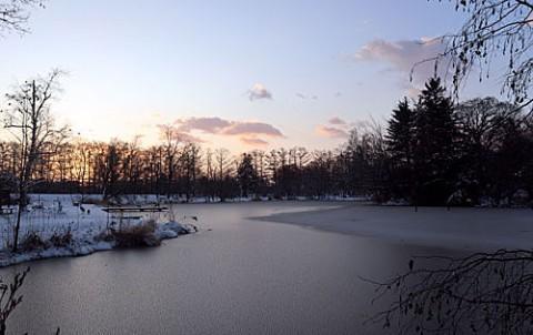 緑ヶ丘の池が全面凍った朝