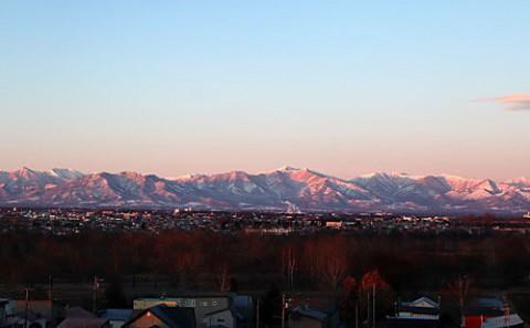 展望台から朝日に染まる山