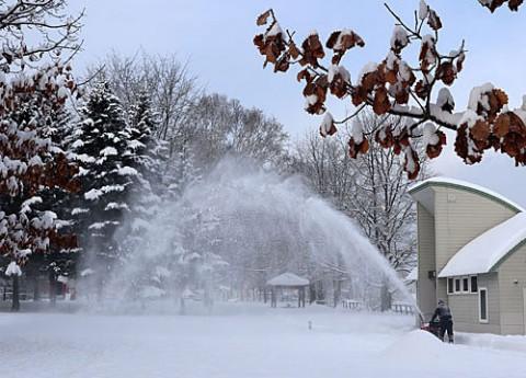雪の朝の除雪風景