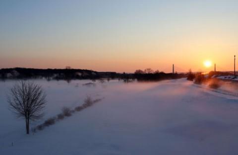 朝陽に染まる雲海のような川霧