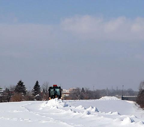 ボランティアで除雪される遊歩道