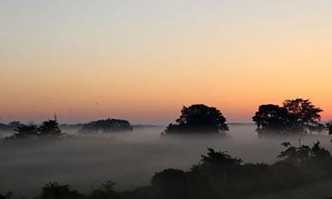 十勝川河川敷の朝霧と光芒
