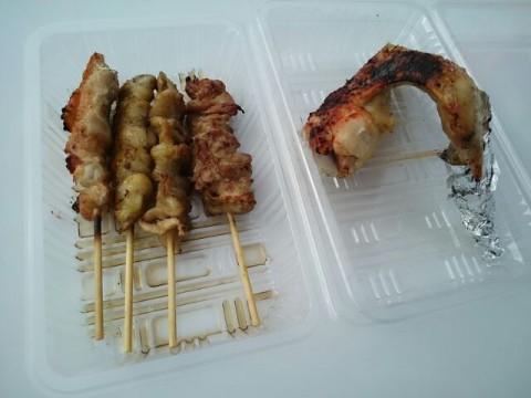 7月24日 紋別市「氷紋の駅」前でたきのうえ地鶏を色々食べています。