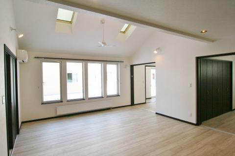 『開放的な吹上天井と陽射したっぷりサンルームのある家』公開!
