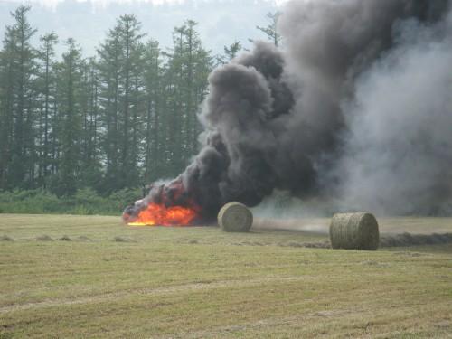 トラクターと牧草ロール機全焼