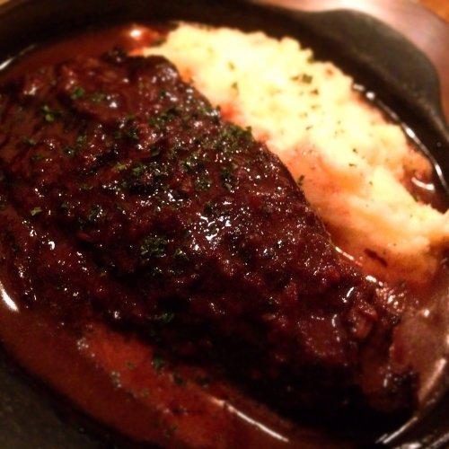 牛ほほ肉の赤ワイン煮込み・マッシュポテト添え~鉄板でアツアツ