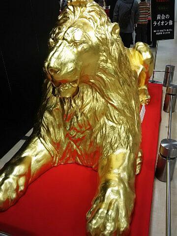 黄金のライオン像