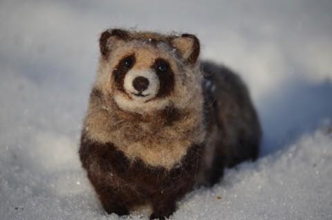 羊毛フェルトの エゾタヌキ もう春かな?