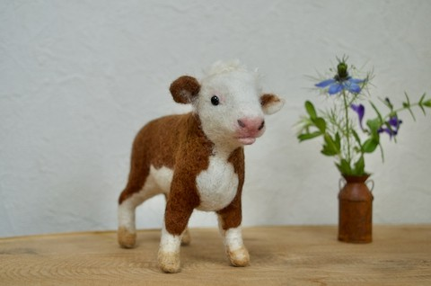 羊毛フェルトで ヘレフォードの仔牛さん