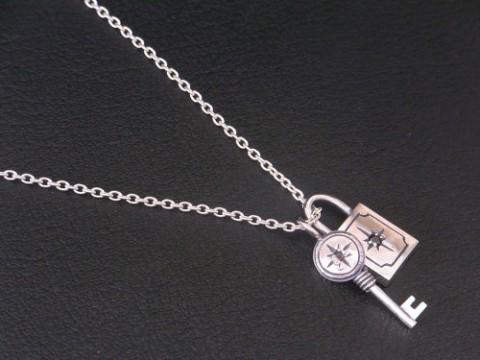新作! 太陽を彫り込んだ鍵と南京錠のネックレス!!