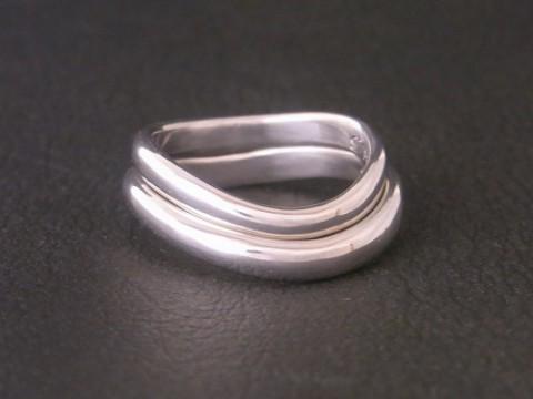 オーダーメイド! ピッタリ重なり合うウェーブ形状のプラチナ結婚指輪!