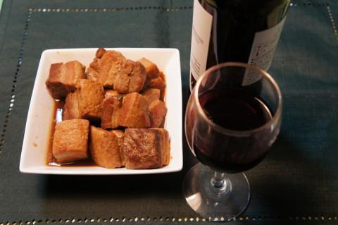 豚の角煮を今宵は赤ワインで~♪