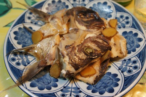 鯛のアラ炊きを久保田の紅寿で