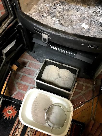 薪ストーブの灰は山菜のアク抜きに最適!