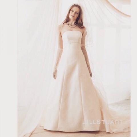 メーガン妃を想わせるドレス