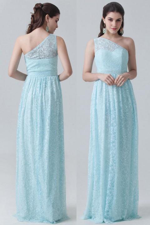 Créer look parfait pour femmes en forme poire portant robe de cocktail