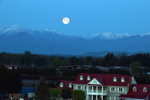 残雪の日高山脈に沈み込むスーパームーン( 月の入り am04:14 )